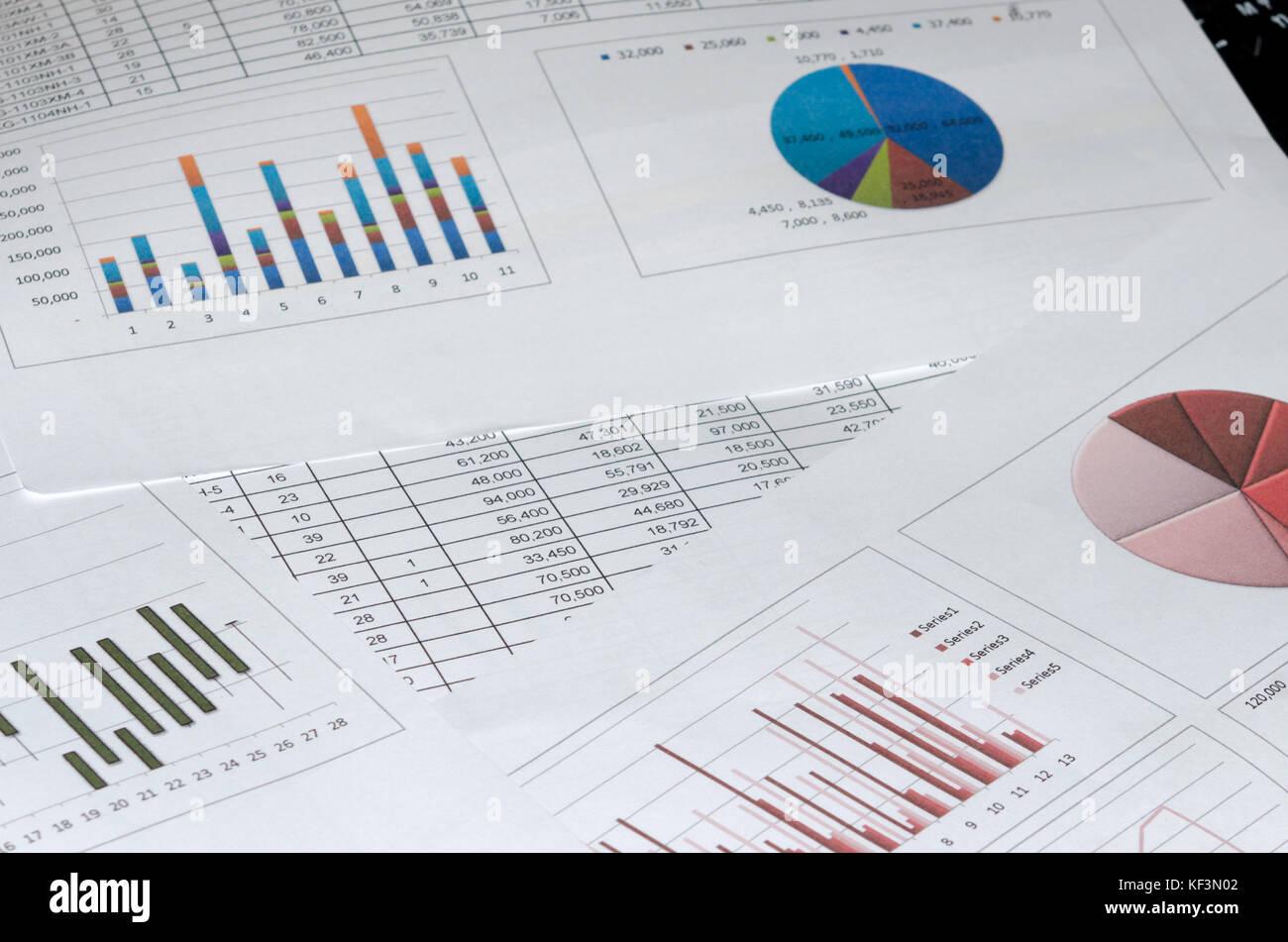 Documento grafico e grafici sulla scrivania. Immagini Stock