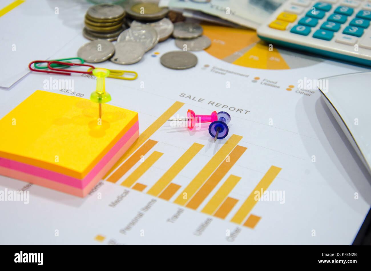 Documenti aziendali su tavola con il mouse del computer e monete e grafico schema finanziario. Immagini Stock