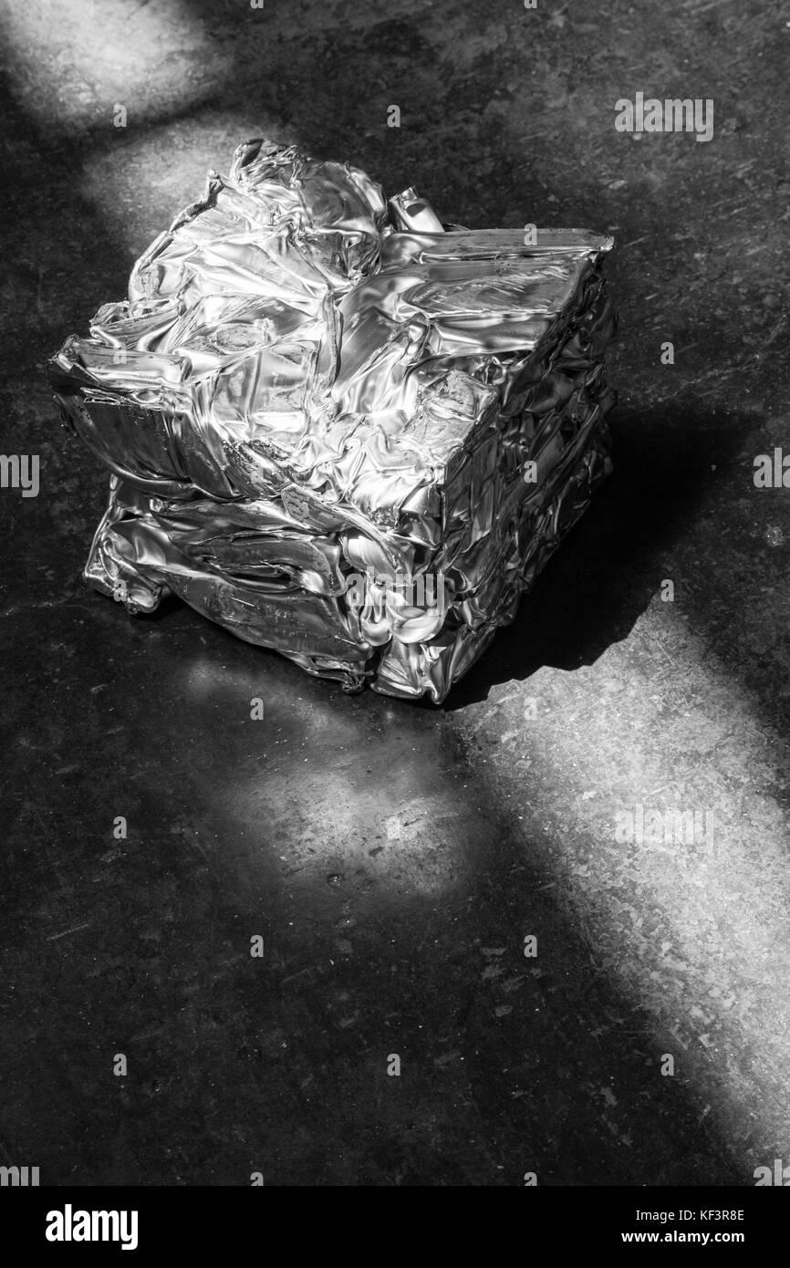 Cubo Di Metallo.Compattato In Un Cubo Di Metallo Di Alluminio E Illuminata