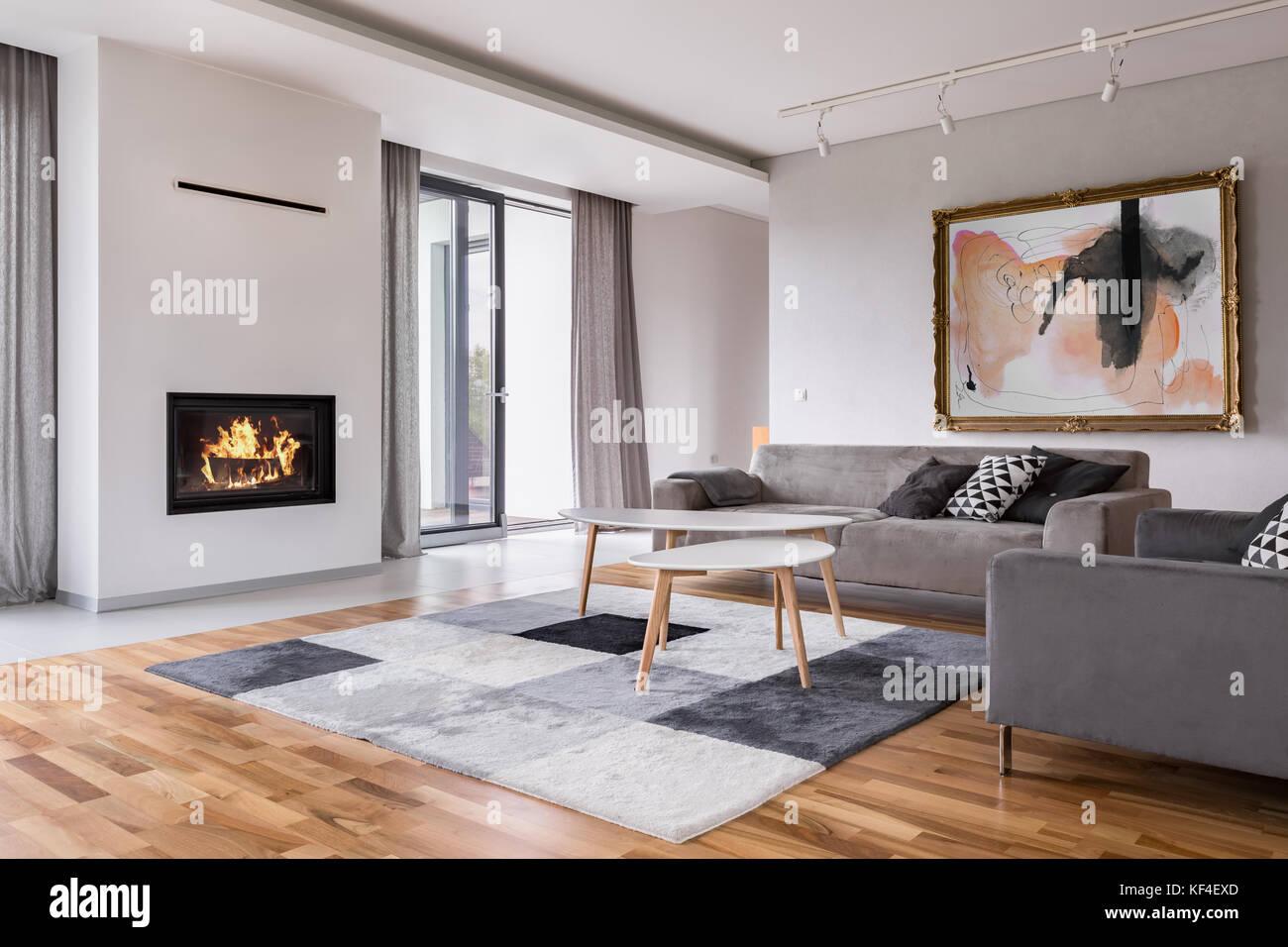 Moderno soggiorno con caminetto e divano, balcone e tappeto ...