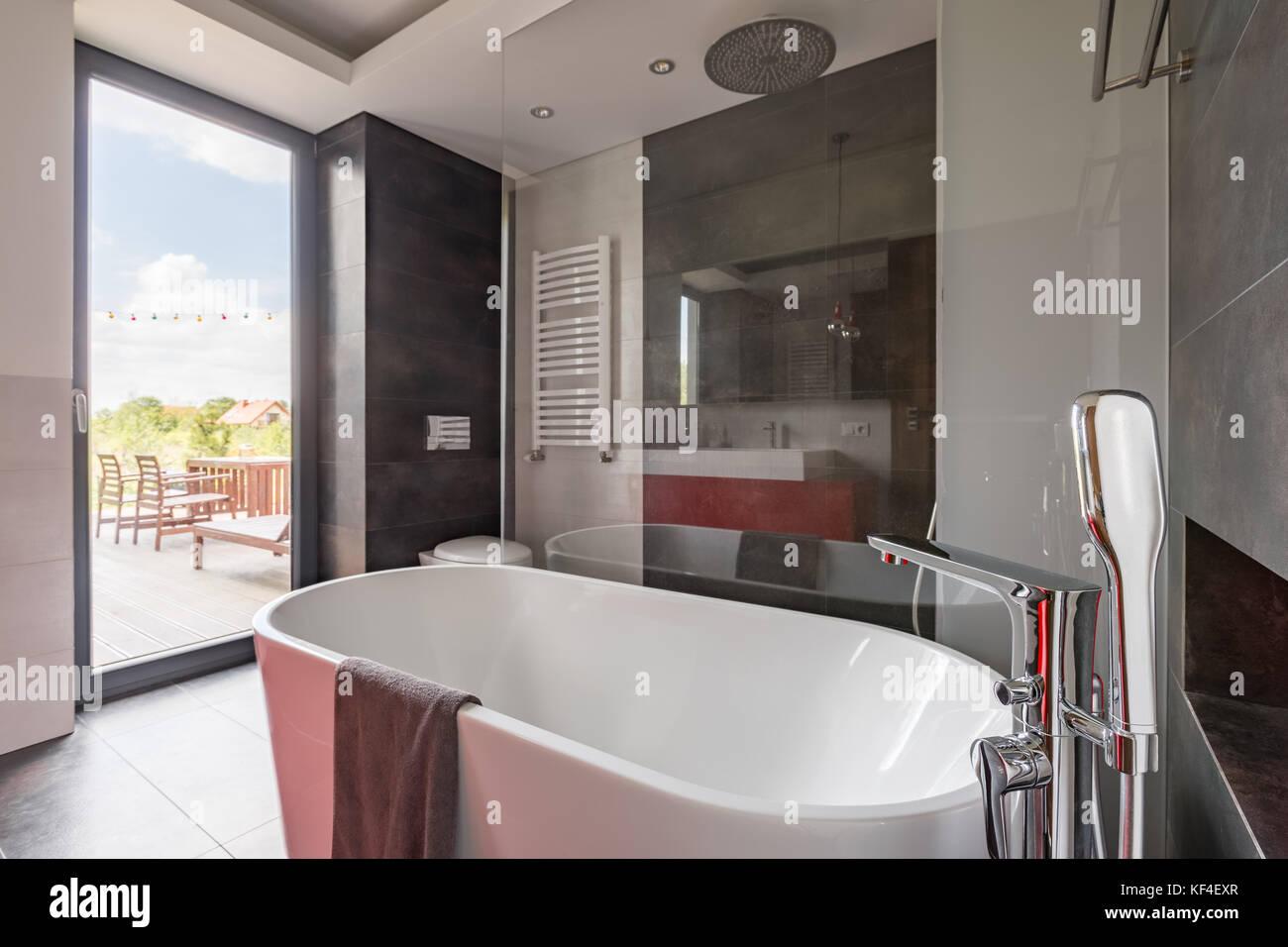 Vasca Da Bagno Enorme un lussuoso bagno con grande vasca da bagno e la porta del