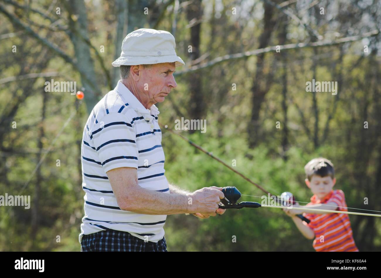 Un nonno e nipote la pesca Immagini Stock