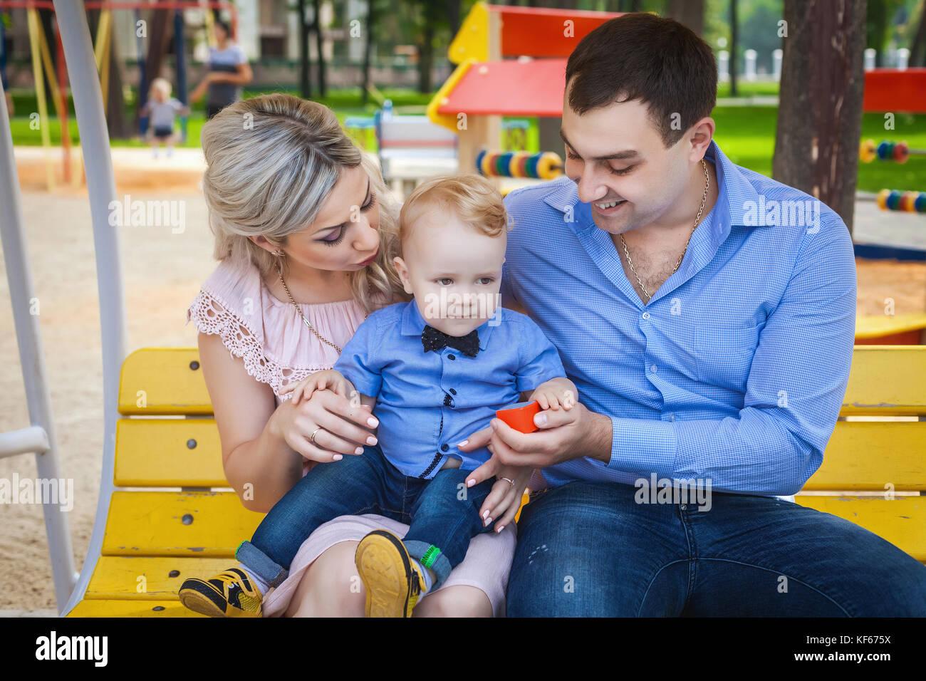 La famiglia dolci passeggiate nel parco Immagini Stock