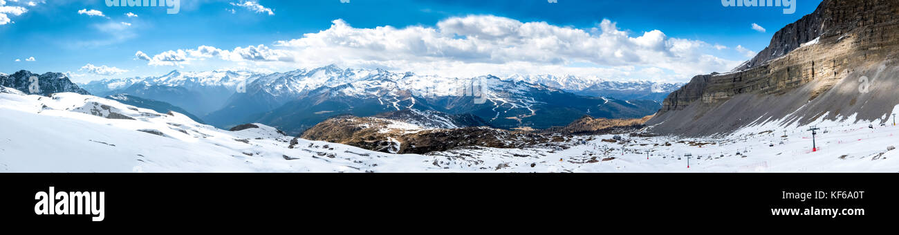Ultra ampio panorama di popolari alpine ski resort madonna di campiglio, Italia Immagini Stock
