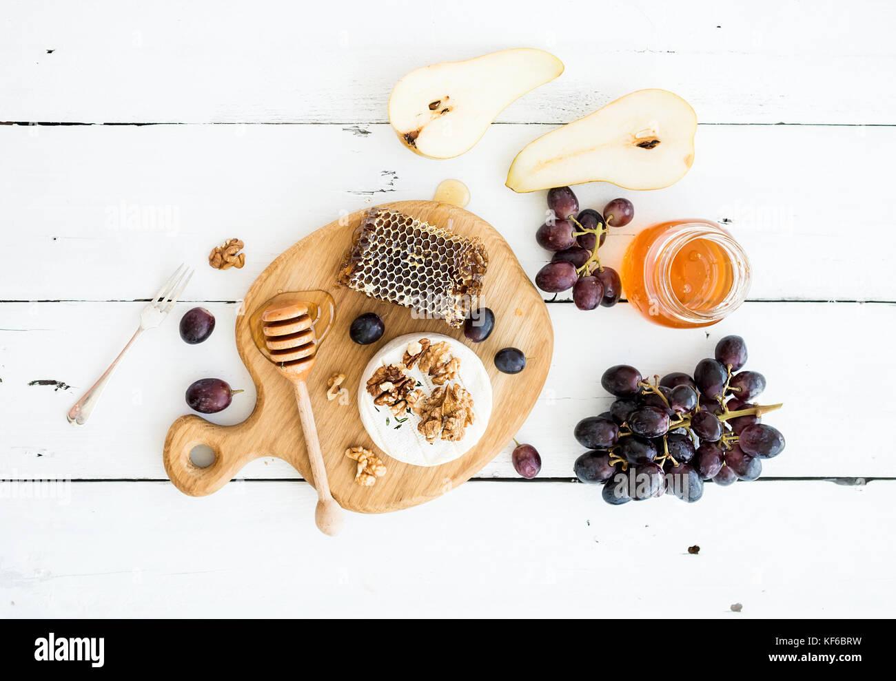 Formaggio Camembert con l'uva, le noci, pera e miele Immagini Stock