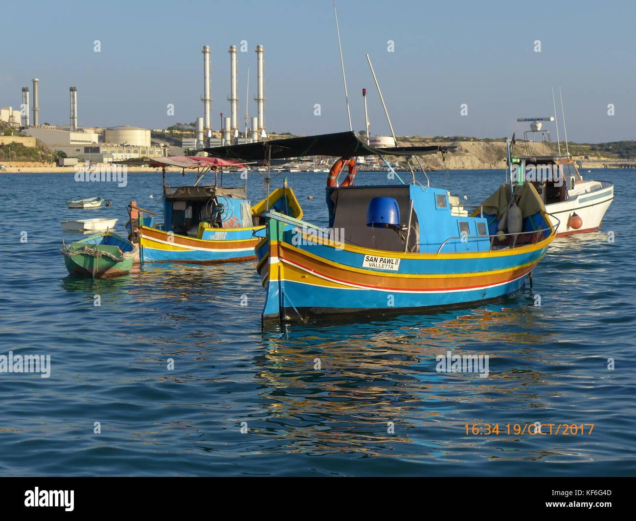 Tradizionale maltese in legno barche da pesca.ancorata in corrispondenza di Marsaxlokk, Birzebugga, senglea & Immagini Stock