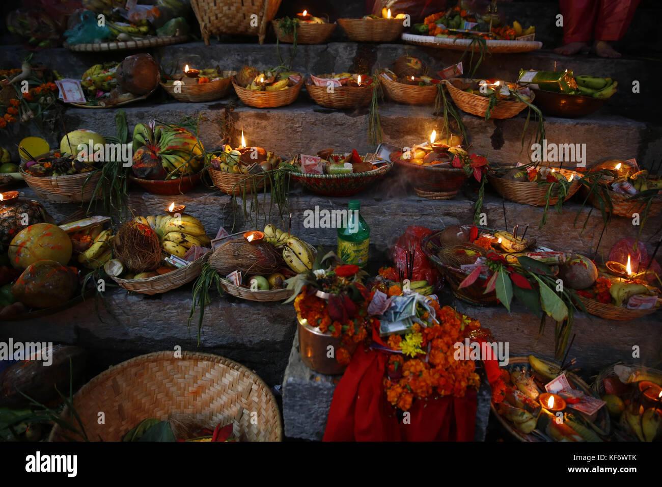 Kathmandu, Nepal. 26 ott 2017. offerte sono collocati per preghiere durante il festival di chhath sulle rive di Immagini Stock