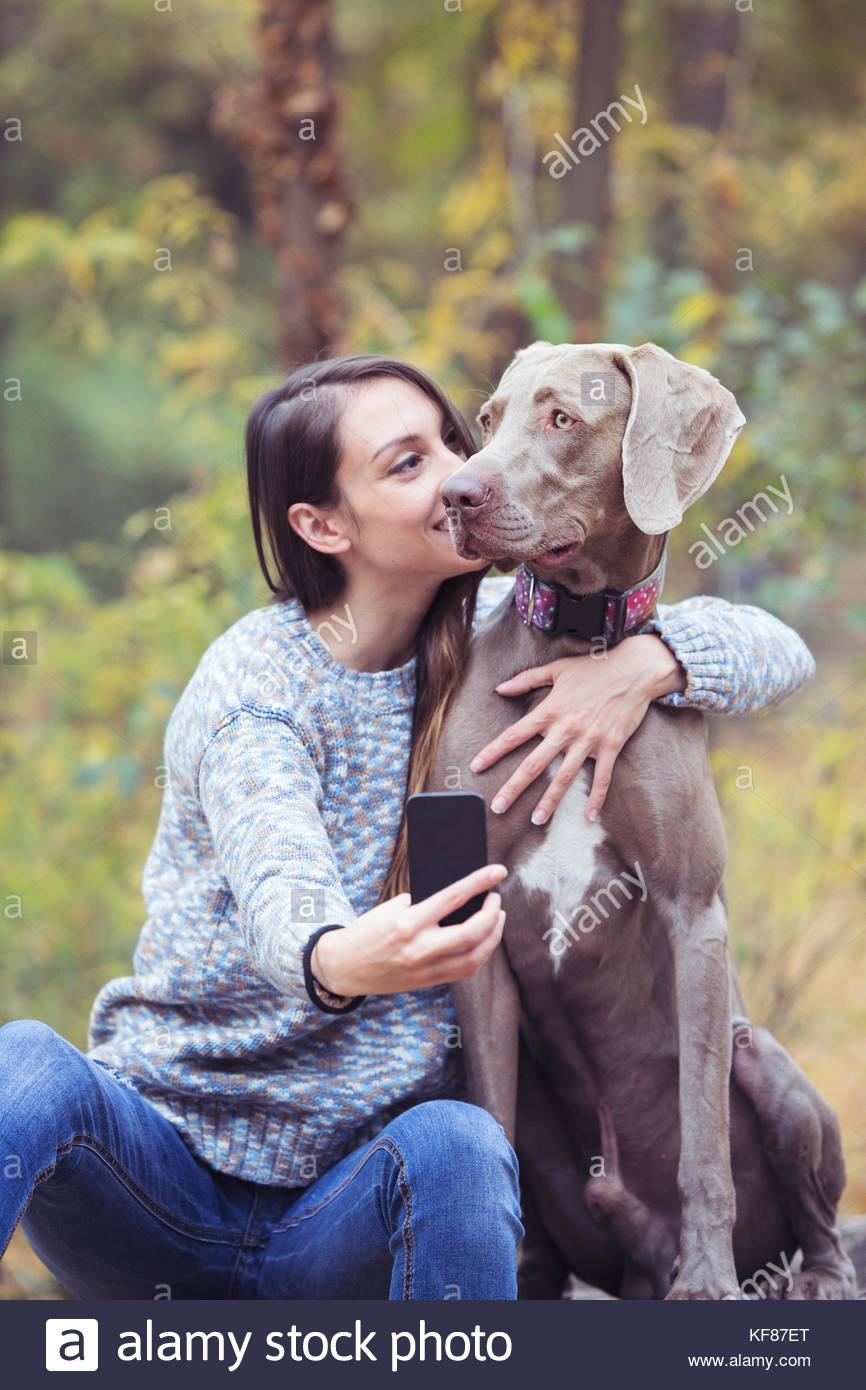 Migliori amici presso il parco rendendo selfie Immagini Stock