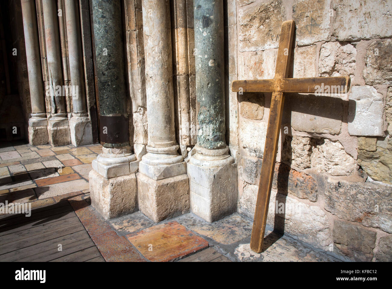 Una croce collocata al di fuori della Chiesa del Santo Sepolcro nella Città Vecchia di Gerusalemme. Immagini Stock