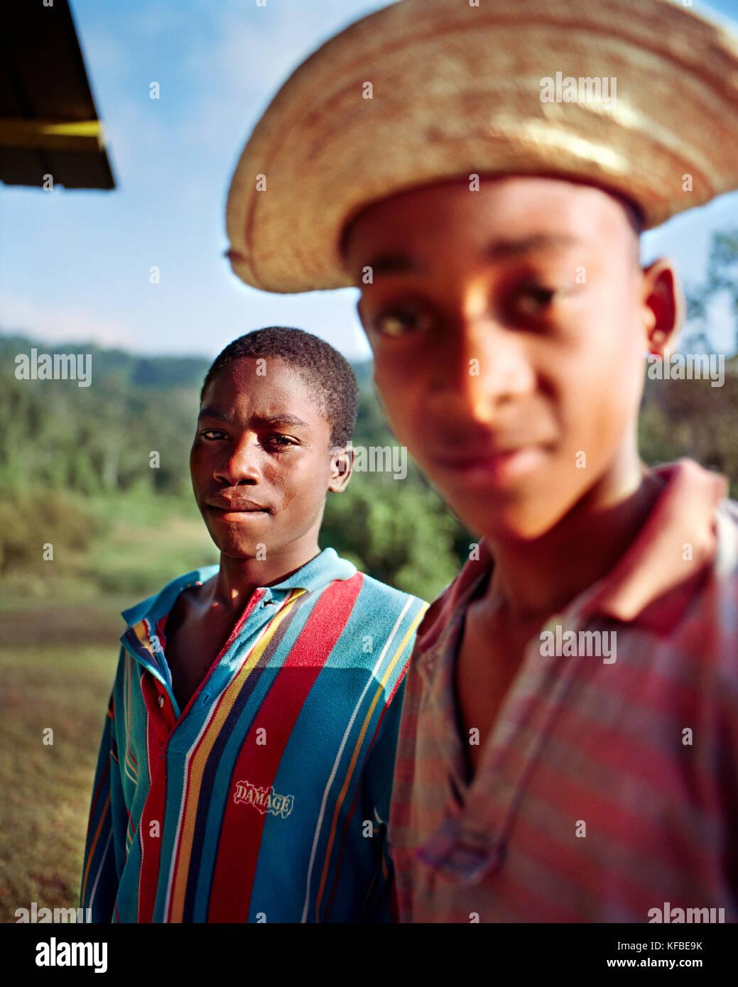 Panama, a Cana, ritratto di due ragazzi a cana stazione campo, Darien la giungla, America centrale Immagini Stock