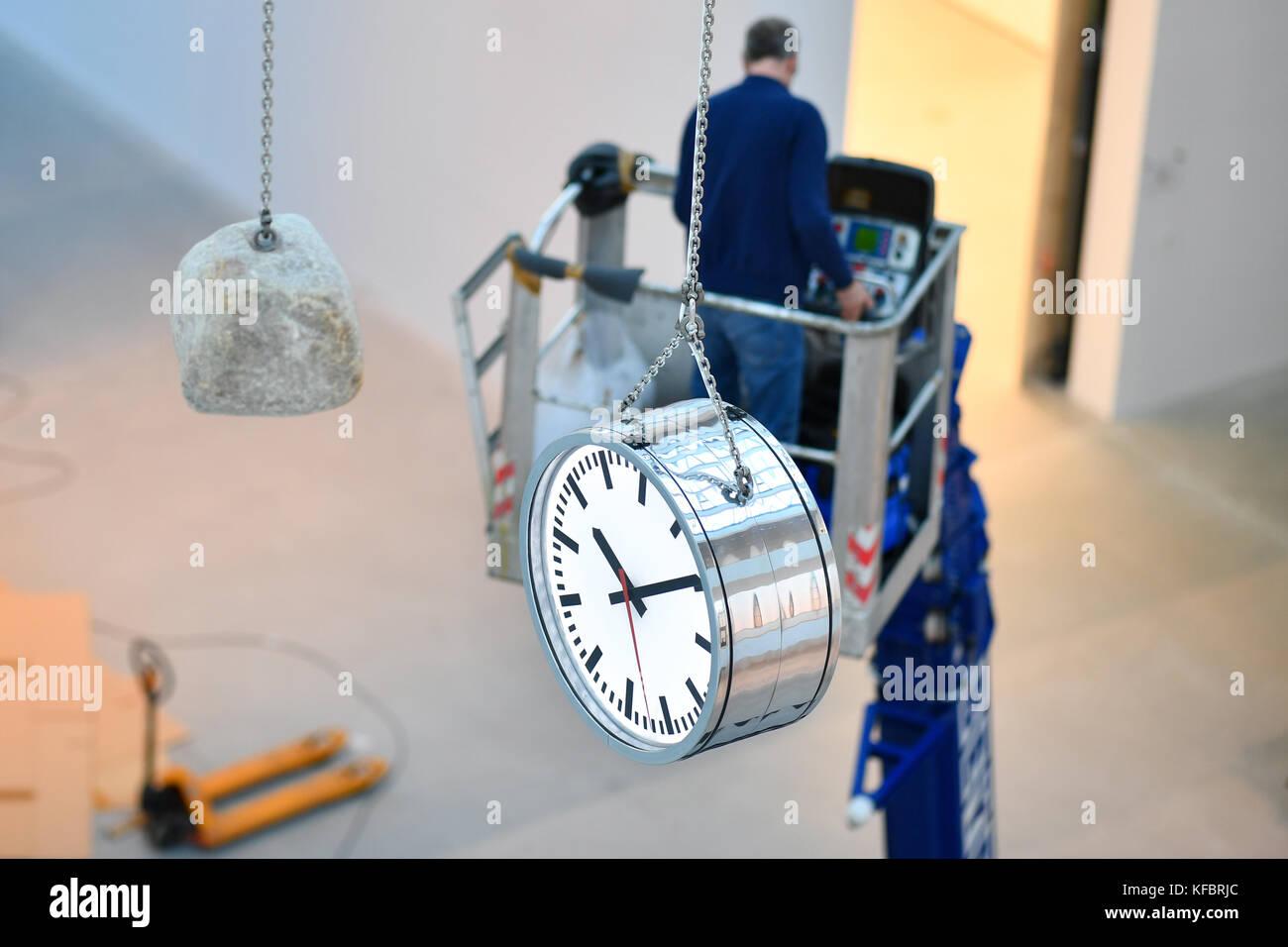 La illustrazione 'Die bewegte leere des momenti' da alicja kwade può essere visto nell atrio della Immagini Stock