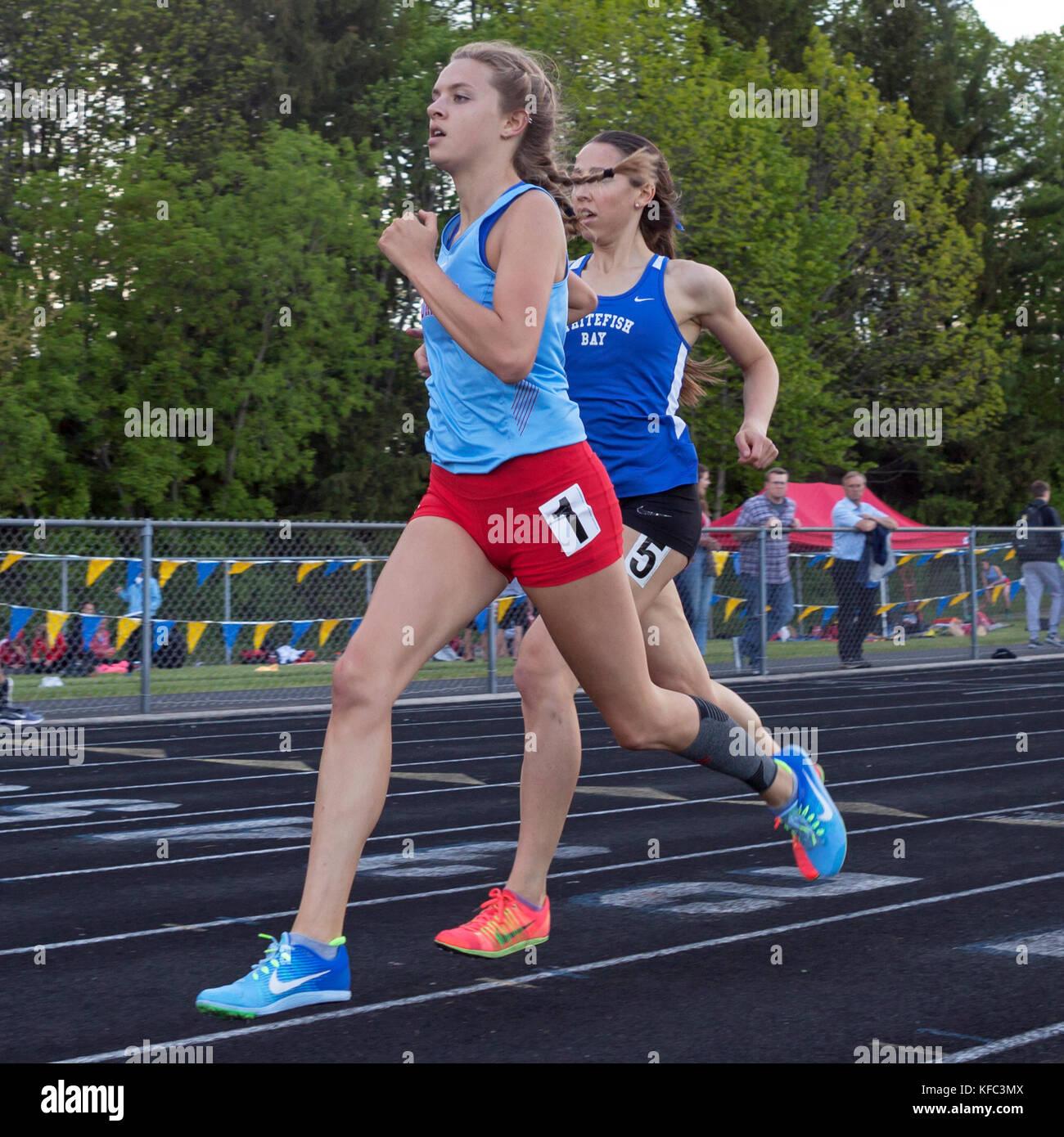 Alta scuola gli atleti competere in una pista e sul campo si incontrano a Milwaukee, Wisconsin, STATI UNITI D'AMERICA Immagini Stock