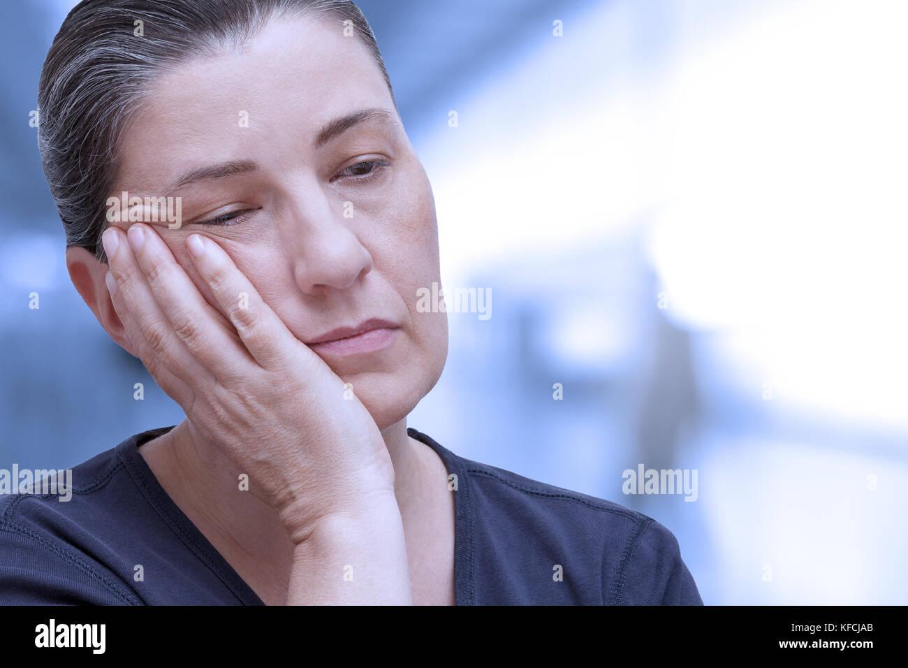 Donna di mezza età quasi addormentarsi in ufficio. Stanchezza a causa della sindrome da apnea nel sonno, insonnia Immagini Stock