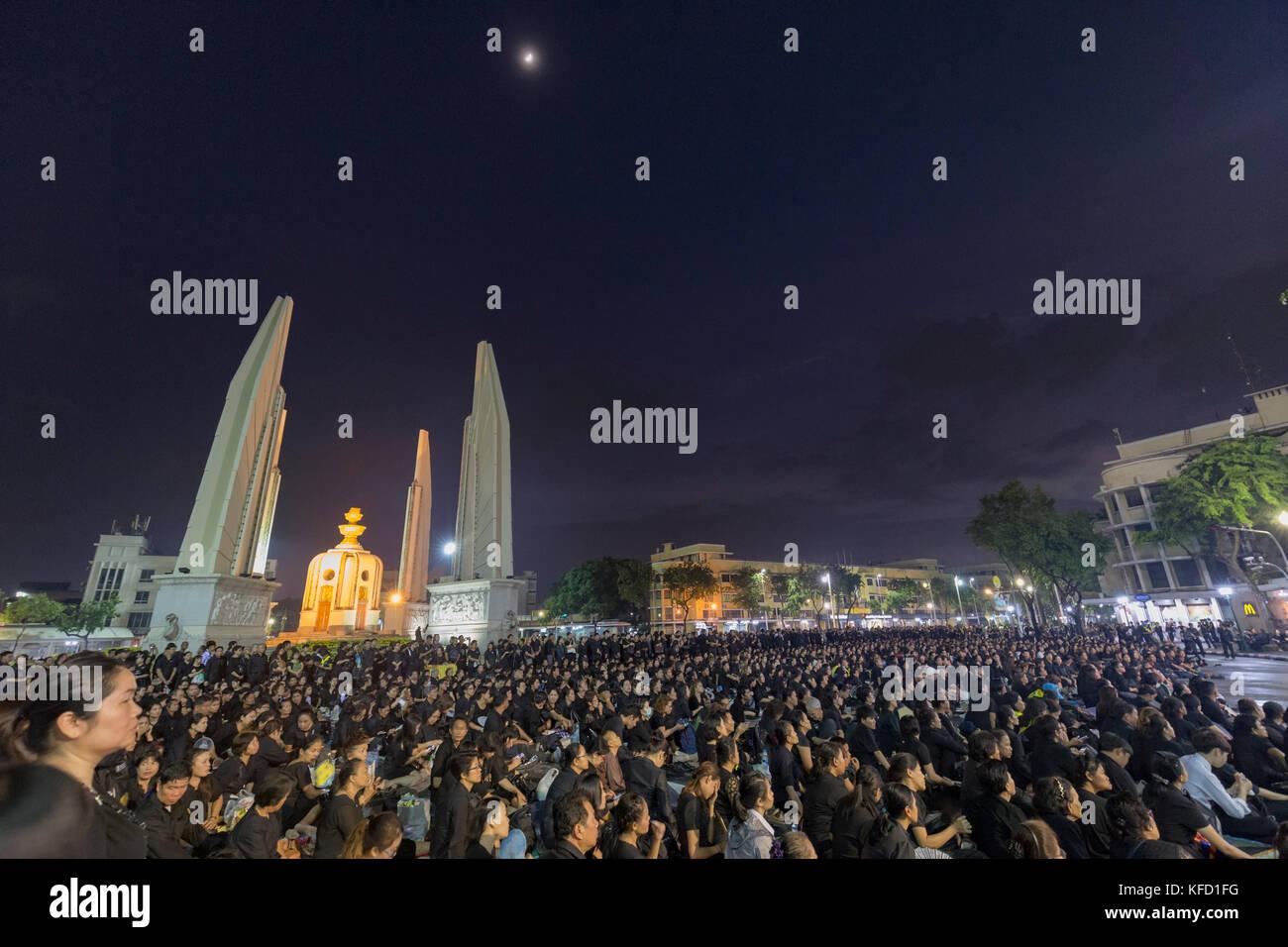 Bangkok, Tailandia - 26 ottobre: unidentified lutto in nero sedersi e guardare la royal attività per la cremazione di Rama 9, l'ex re accanto a Foto Stock