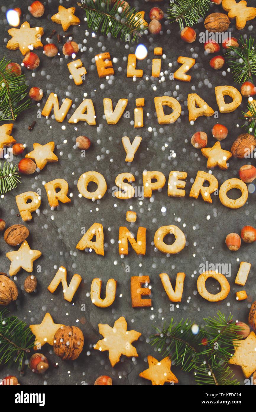 Buon Natale In Spagnolo.Feliz Navidad I Cookie Parole Del Testo Buon Natale E Felice Anno Nuovo En Spagnolo Con Biscotti Decorazione Di Natale E I Dadi Sul Nero Ardesia Backg Foto Stock Alamy