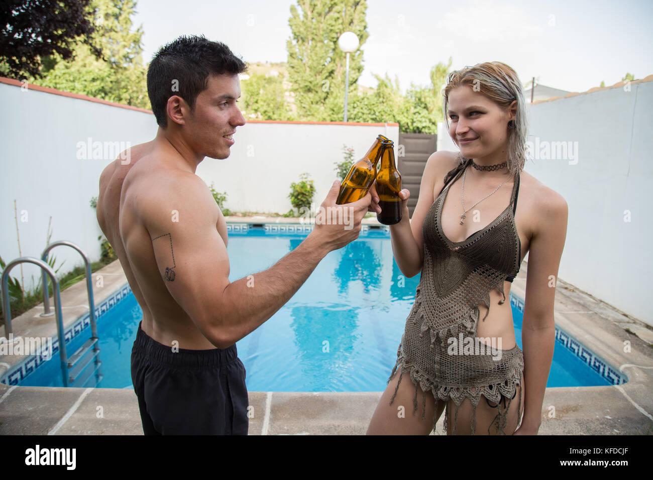 Ragazzo spagnolo e il giovane russo donna in costume da bagno in ...