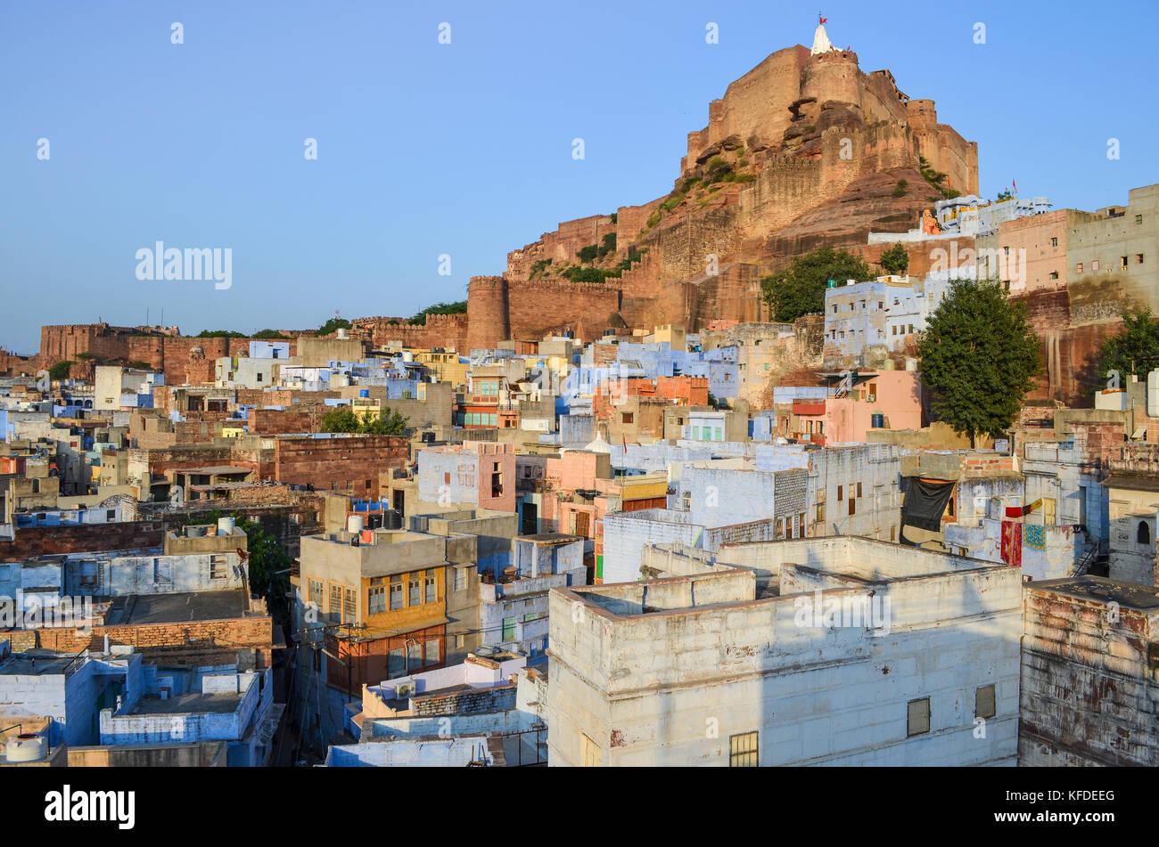 Paesaggio di Jodphur con tradizionale indigo blu e bianco case dipinte e il XV secolo la fortezza Mehrangarh sulla cima della collina. Foto Stock