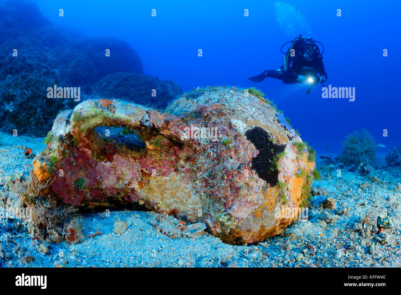 Anfora subacquea e scuba diver, mare adriatico, mare mediterraneo, isola di Lastovo, Dalmazia, Croazia, signor sì Immagini Stock