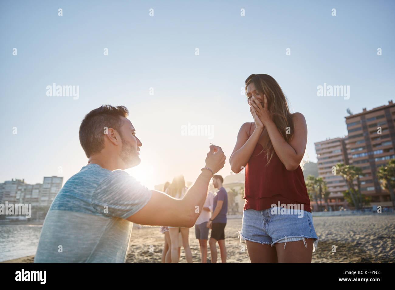 Ritratto di uomo propone alla sua ragazza sulla spiaggia in presenza di luce solare Immagini Stock