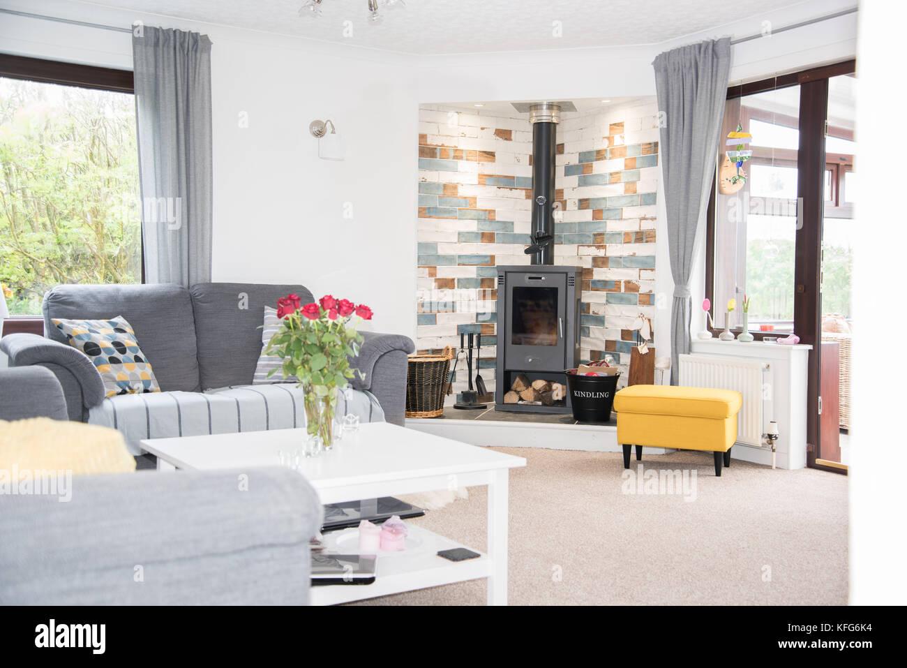 Luminoso soggiorno con stufa in maiolica, mobili e pareti di colore ...