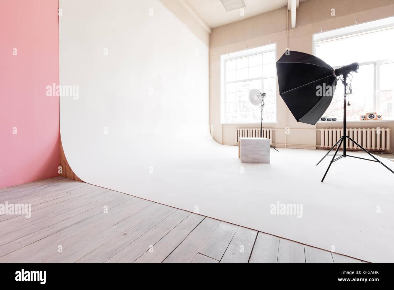 Grande spazio studio cyclorama bianco e luce naturale dalle grandi