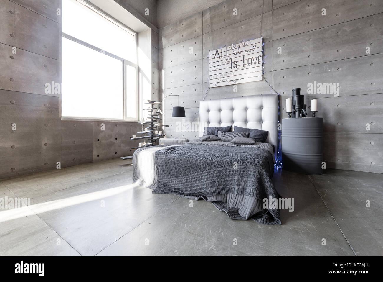 Vuoto moderna camera da letto in stile loft con colori grigio e in ...
