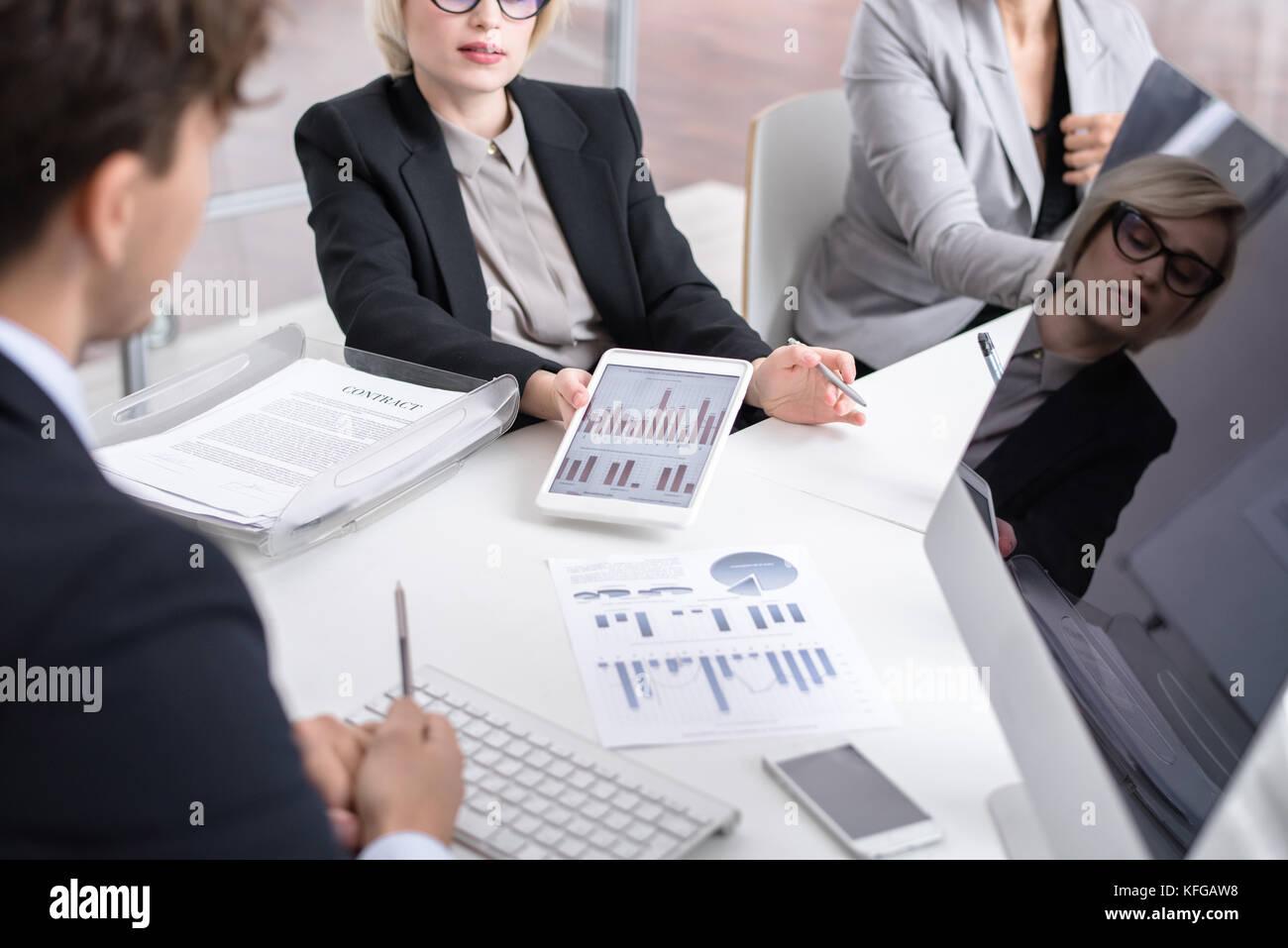 Riunione di analisti aziendali Immagini Stock