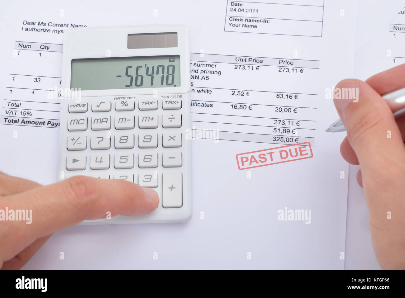Close-up di uomo analizzando passato a causa dichiarazione utilizzando la calcolatrice Immagini Stock