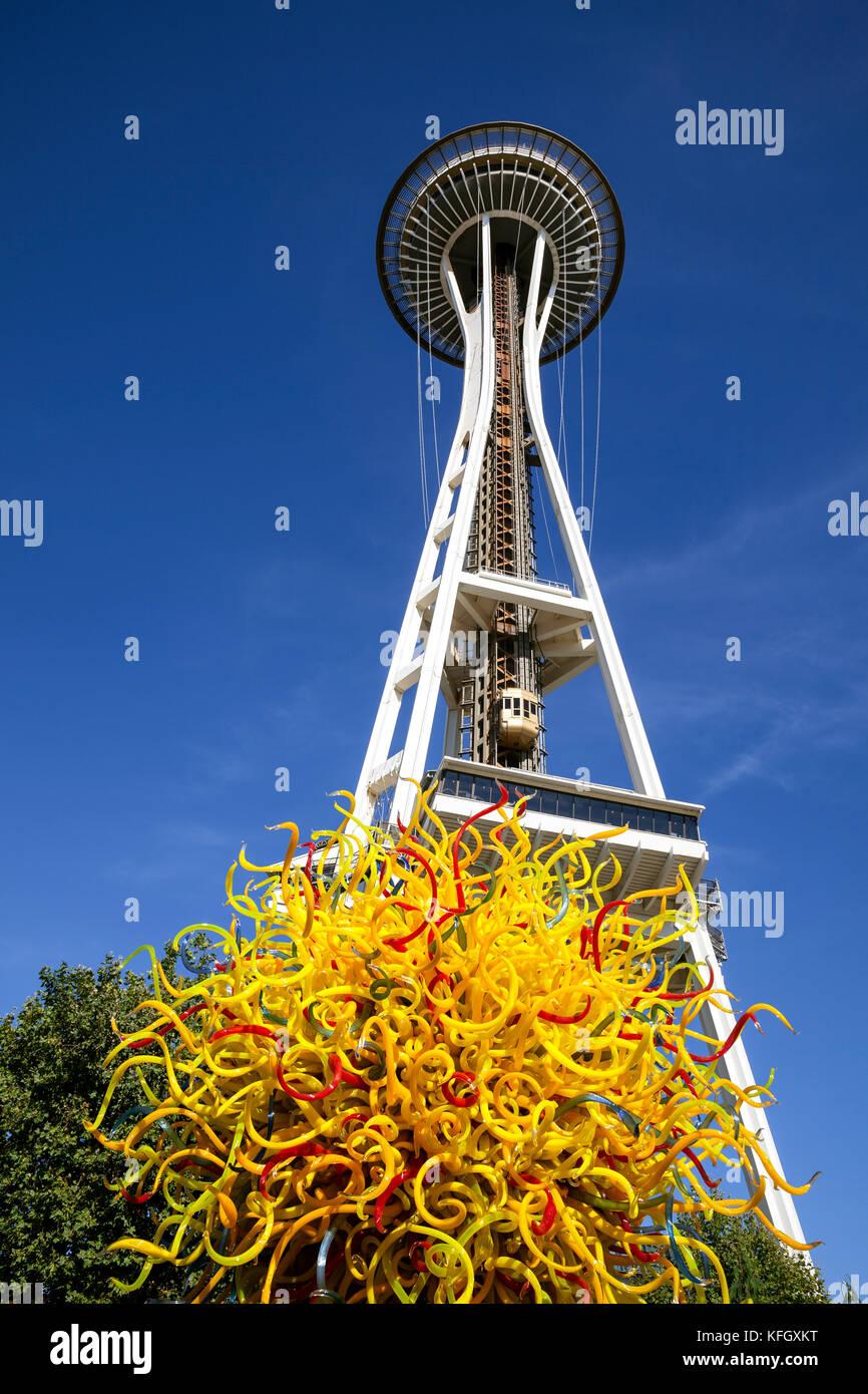 WA14113-00...WASHINGTON - Sculture in vetro e lo Space Needle a Chihuly Garden e il vetro nel centro di Seattle. Immagini Stock