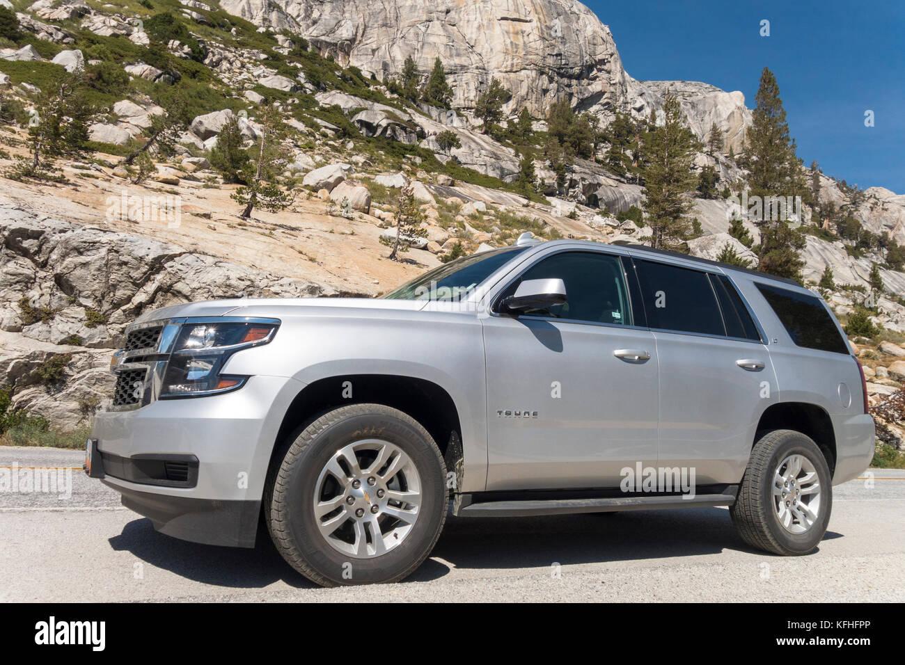 Grossi SUV Chevrolet Tahoe full size SUV nuovo di zecca 2018 Chevy Tahoe LT parcheggiato sulla strada di montagna. Foto Stock