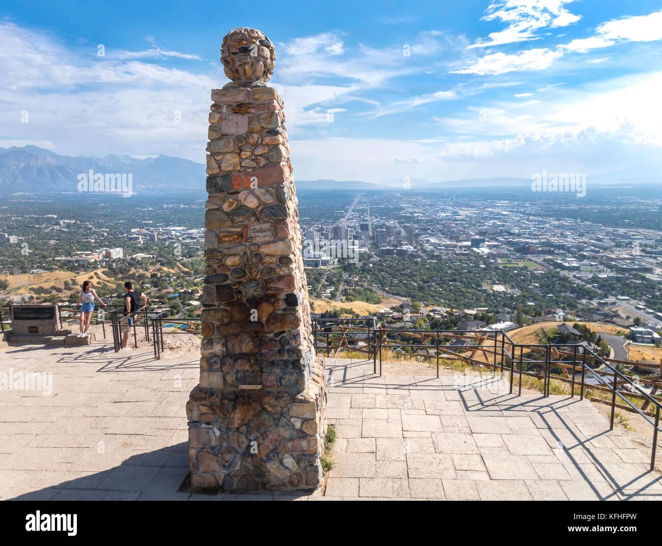 Salt Lake City Ensign Peak Scenic si affacciano. Coppia giovane a alfiere di punta il punto di vista che si affaccia su SLC Foto Stock