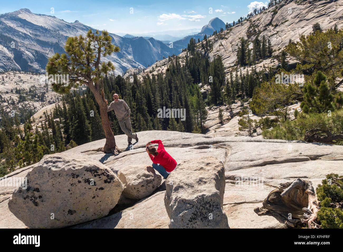 Olmsted Point Yosemite paio di scattare le foto con mezza cupola della distanza nel Parco Nazionale di Yosemite Foto Stock