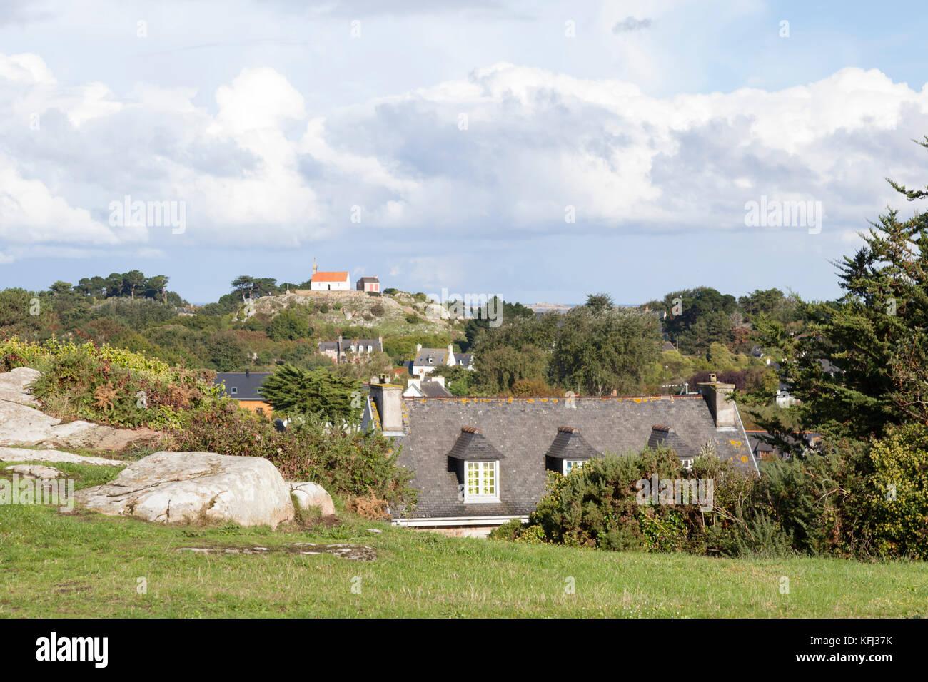Una vista sulle case di Brehat island (Francia). Se l'alloggiamento Brehat manca di unità utilizza plentifully Immagini Stock