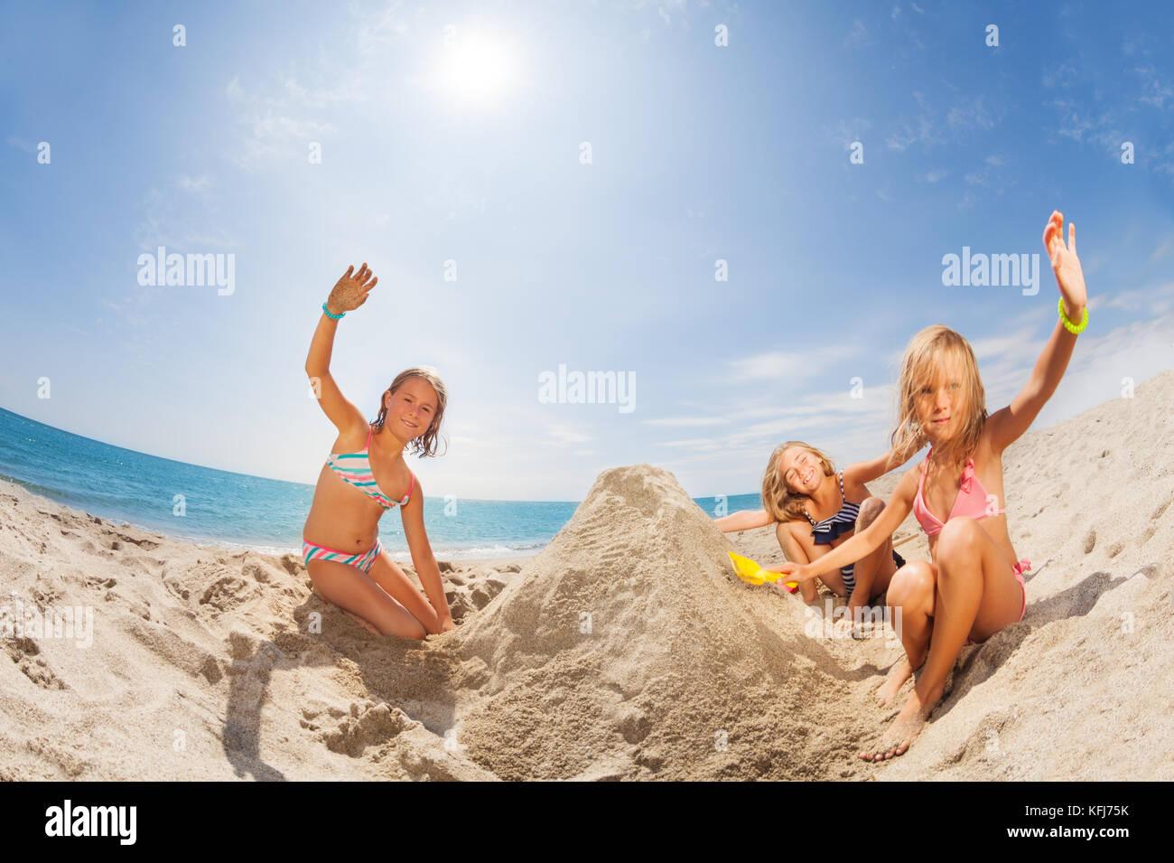 Ritratto di tre ragazze felici in costume da bagno la riproduzione