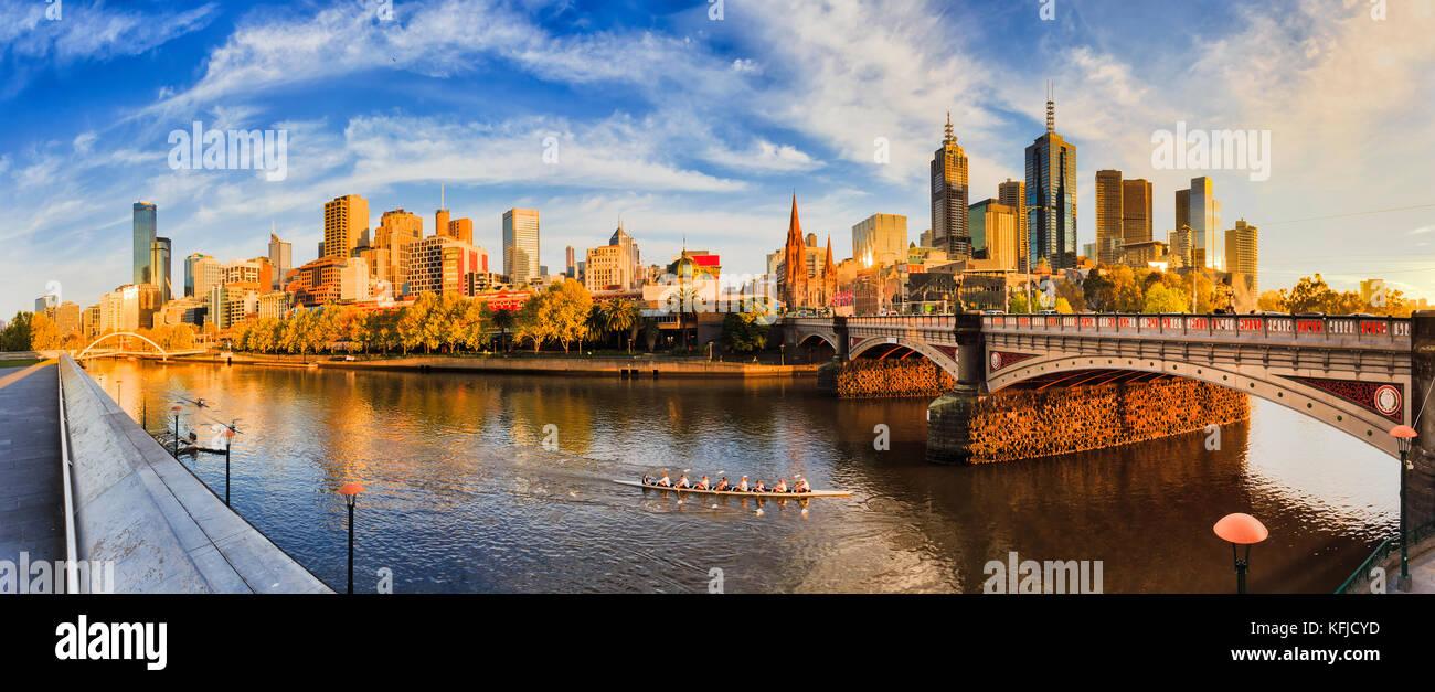 Calda luce dorata sulla città di Melbourne CBD attraverso fiume Yarra dalla southbank tra a piedi ponte pedonale Immagini Stock