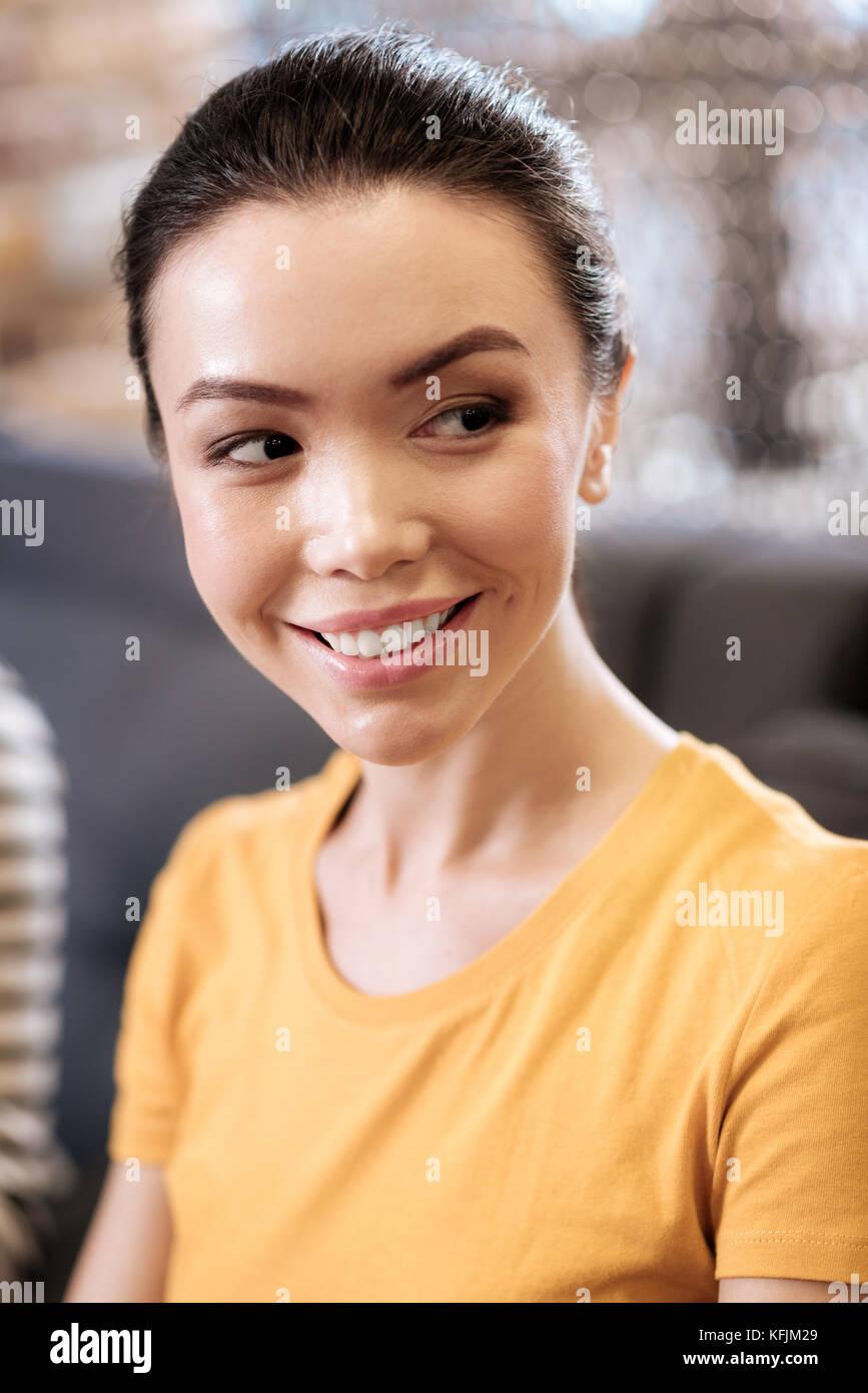 Attraente felice dark-eyed ragazza sorridente Immagini Stock