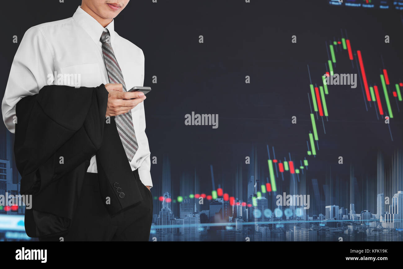 Imprenditore utilizzando mobile smart phone con crescente grafico. lo sviluppo e la crescita nel mercato azionario Immagini Stock
