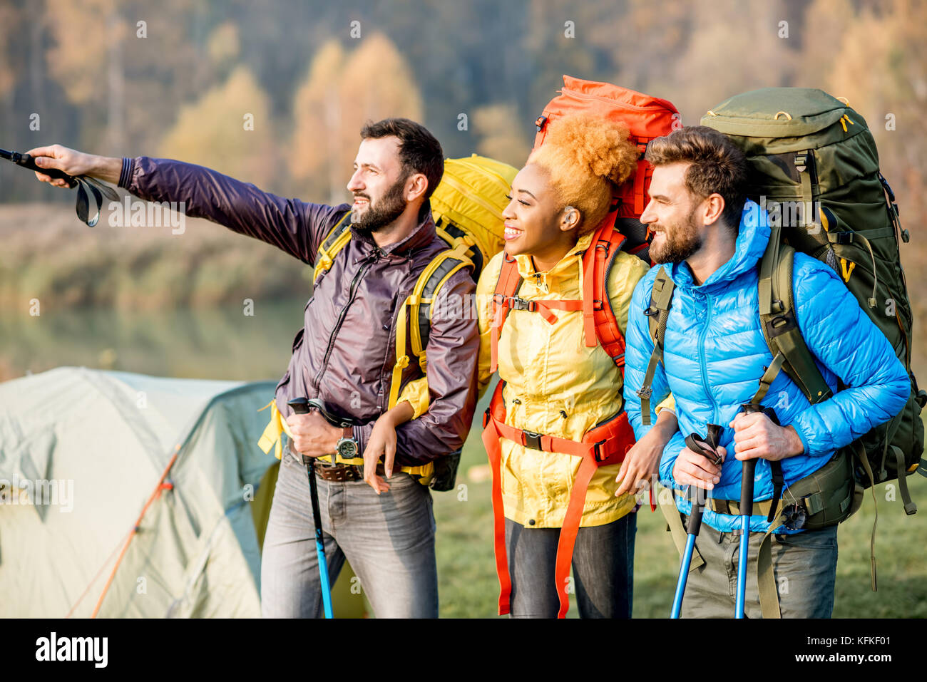 Gli escursionisti con zaini all'aperto Immagini Stock
