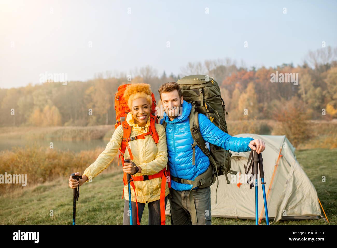 Escursionismo coppia con zaini Immagini Stock