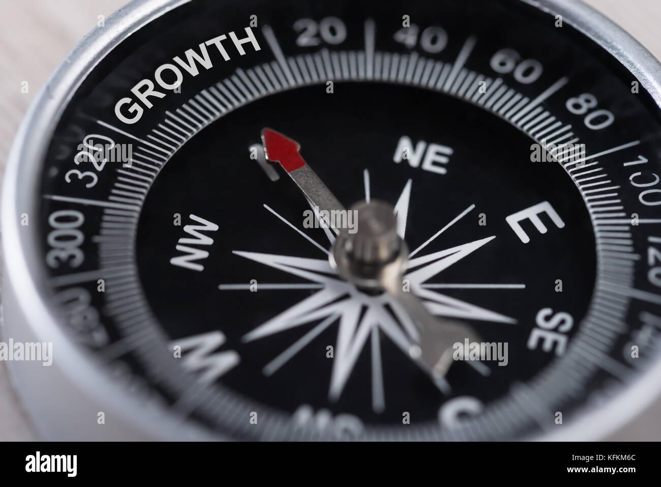 Primo piano della bussola che indica la crescita. business il concetto di crescita Immagini Stock