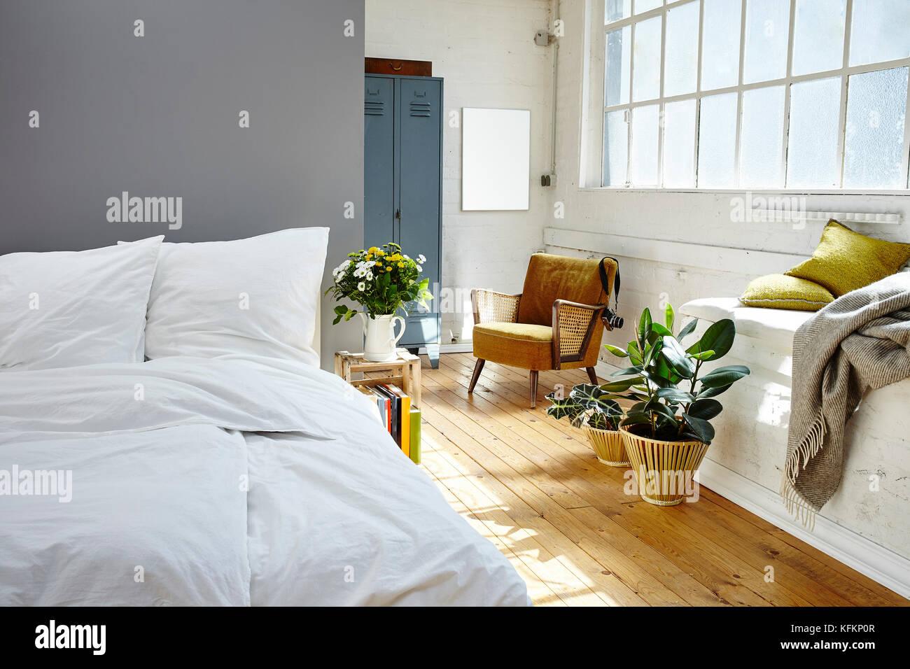Camera da letto vintage. La luce del mattino loft industriale Foto ...