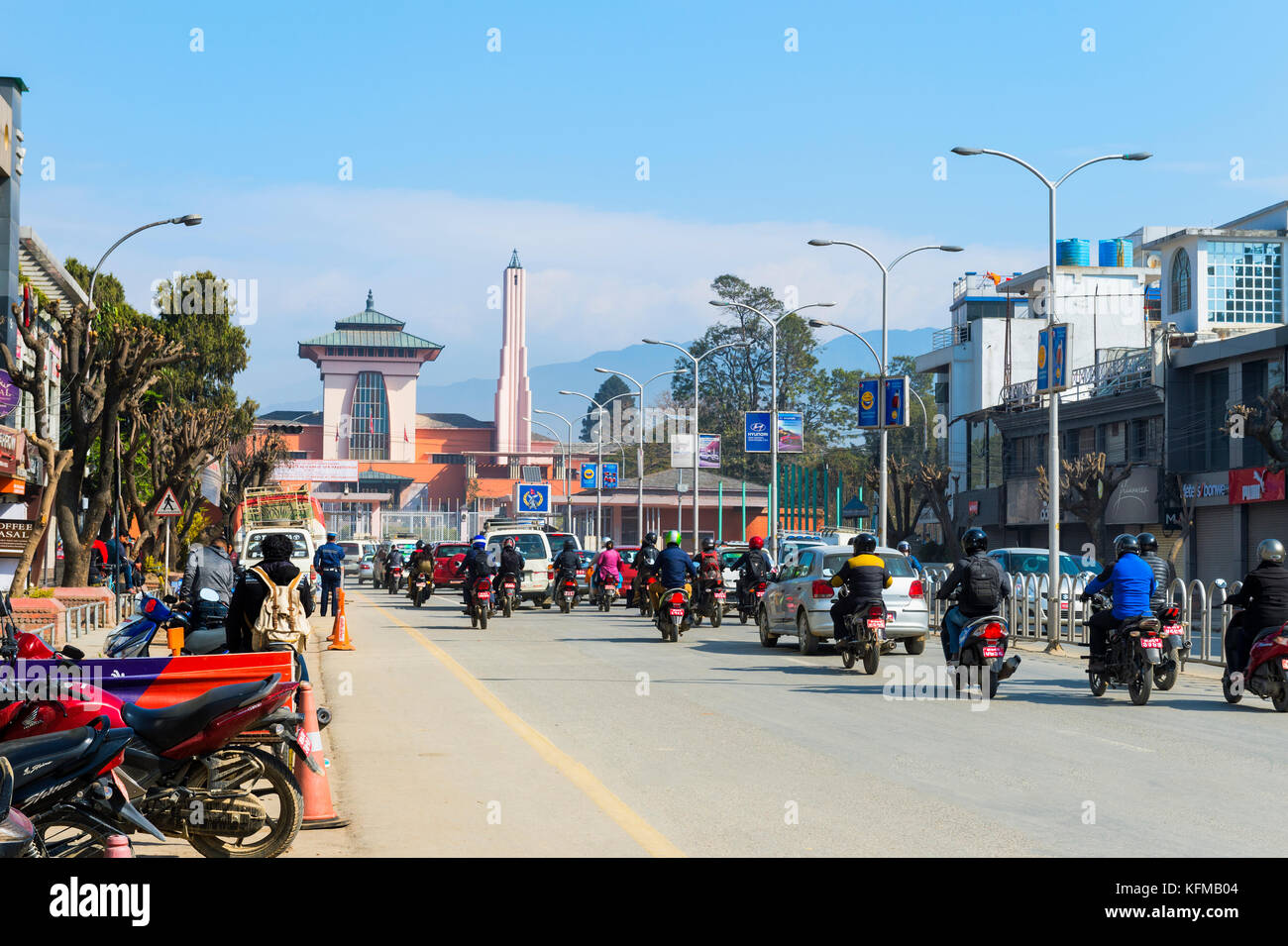 Durbar Marg Avenue e Narayanhiti Palace o il nuovo Palazzo Reale, Kathmandu, Nepal Immagini Stock
