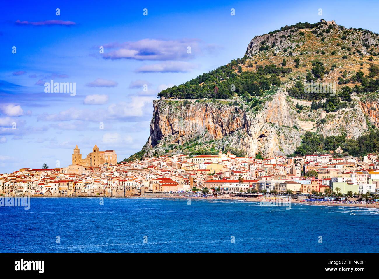 Cefalù, Sicilia. Mar Ligure e la medievale città siciliana. Provincia di Palermo, Italia. Immagini Stock