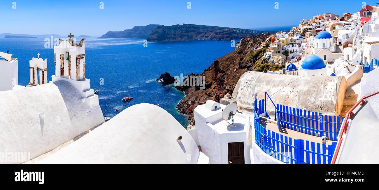 Santorini, Grecia. Oia, villaggio bianco con ciottoli percorsi stretti, famosa attrazione di greco isole Cicladi, Immagini Stock