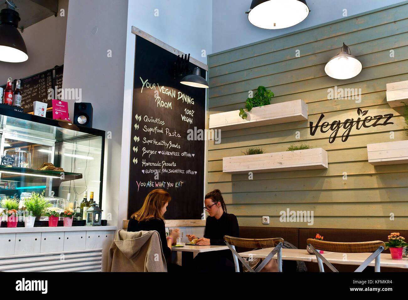 Amici, due ragazze di pranzare in Veggiezz tutti i vegan ristorante. Vienna, Wien, Austria, Europa Immagini Stock