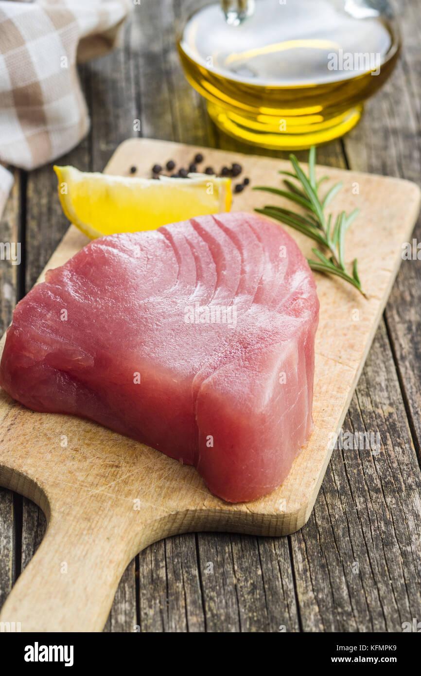 Crudo fresco bistecca di tonno sul bordo di taglio. Immagini Stock
