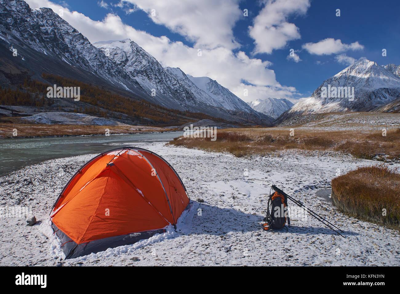 Campeggio e tenda con zaino in montagna Immagini Stock