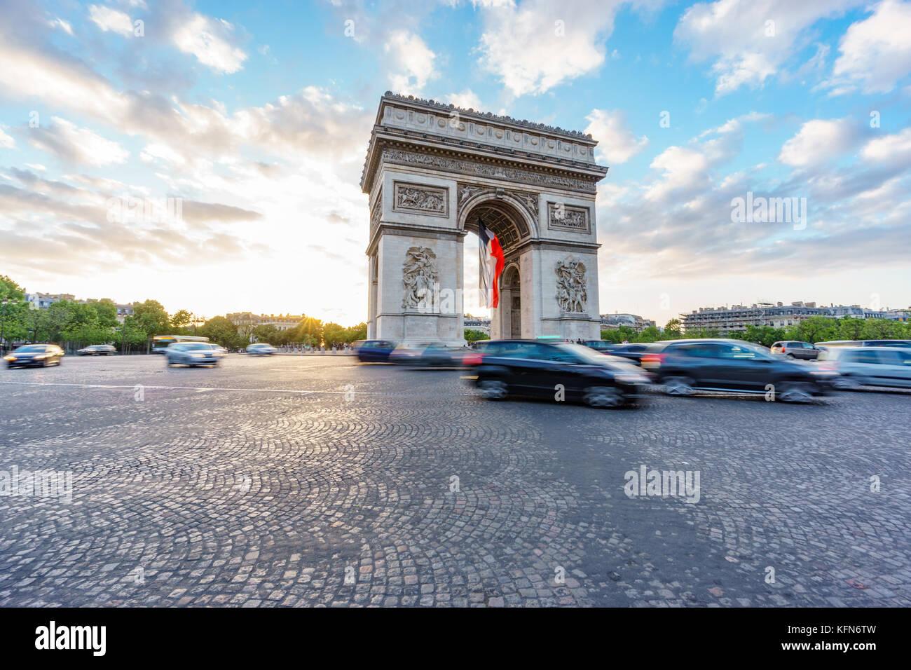 Arc de Triomphe e il traffico sfocata al tramonto, ampio angolo Immagini Stock