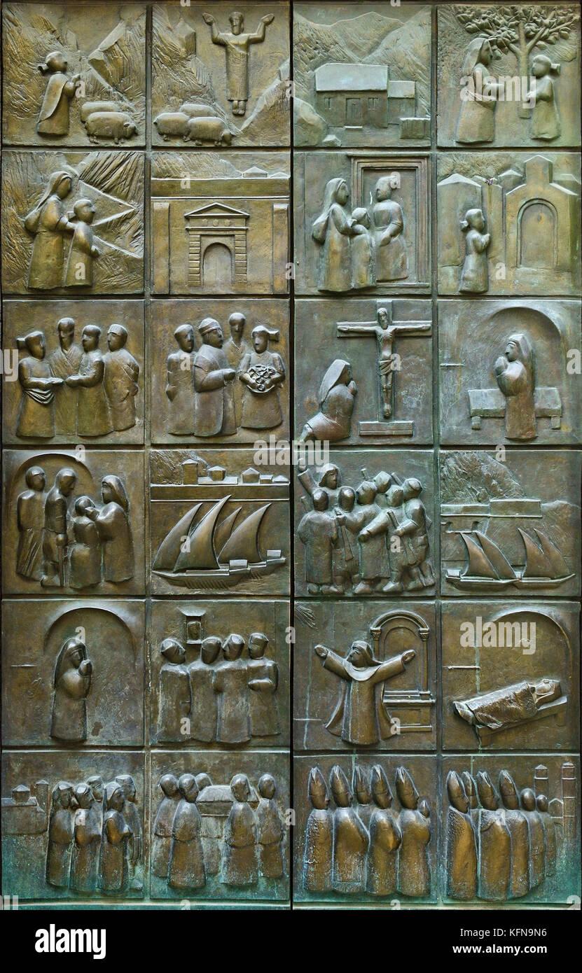 Le porte della chiesa di Santa Maria che ritraggono la vita della beata Osanna di Cattaro, Kotor, Montenegro Immagini Stock