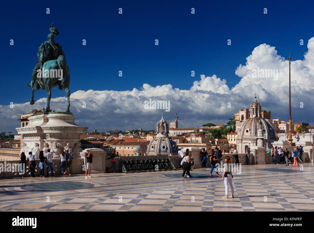 Turisti visitano Monumento Vittoriano (Altare della Patria) terrazza ...